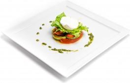 Салат с томлеными овощами и яйцом пашот