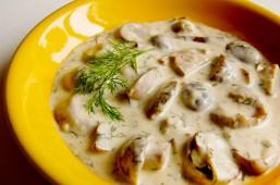 Белые грибы, жареные с луком и сметаной