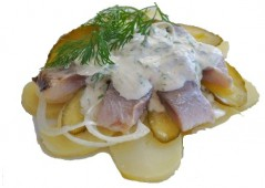 Сельдь с луком, картофелем и соленым огурцом