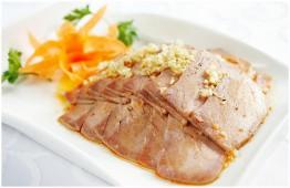 Прослойка свинины с чесноком и отварным картофелем